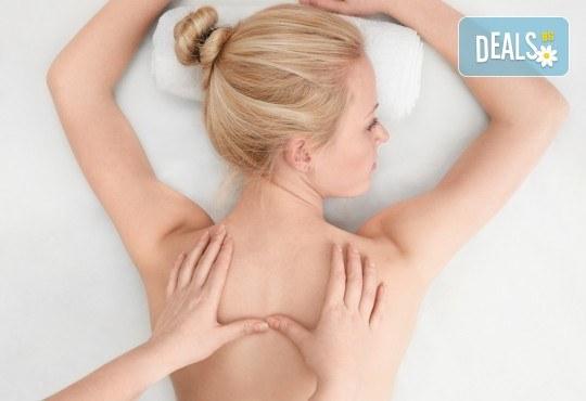 Облекчете болките и се почуваствайте като нови! 45-минутен лечебен, болкоуспокояващ масаж на гръб + 15-минутен масаж на лице и глава в Женско Царство! - Снимка 1