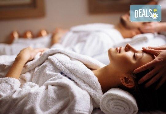 Кралски ритуал за влюбени! Синхтронен антистрес масаж и пилинг на цяло тяло, луксозна терапия за лице и бонус: точков масаж на глава и лице + плодова салата и вино в Женско царство! - Снимка 1