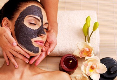 Масаж на лице, шия и деколте и маска за лице по избор: с червено вино за хидратация или дълбоко почистваща с активен въглен в Friends hair & beauty studio! - Снимка