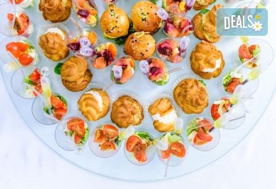 55 броя разнообразни хапки с пуешко филе и топено сирене, шунка, маслинов пастет и лимон, луканка, кашкавал и маслинка и мини еклери с мус рокфорд от Густос Кетъринг! - Снимка 3