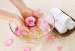 Консултация със специалист, лечебен маникюр и заздравяваща терапия за чупливи и проблемни нокти във фризьоро-козметичен салон Вили! - Снимка