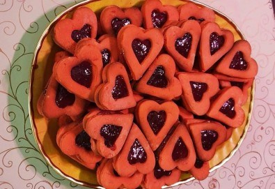 С доставка през април, май и юни! Сърца: 1 кг. големи двойни червени сърца с ягодово сладко от Сладкарница Джорджо Джани - Снимка