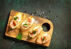 6 брускети със сьомга и крема сирене филаделфия и 2 чаши вино - шардоне, сувеньон блан, розе или мавруд, в Royal Place Shisha Bar! - Снимка