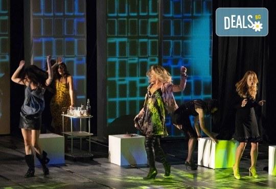 На театър с приятелки! На 24.03. гледайте съзвездие от актриси на сцената на Театър София! Тирамису от 19ч., 1 билет! - Снимка 3