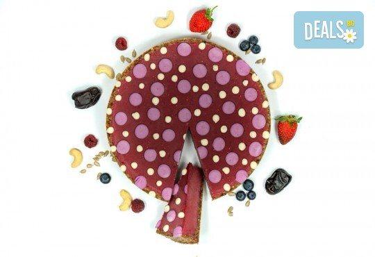 Красива и полезна тематична торта за Вашия малчуган! Сурова торта, без глутен и животински продукти, с вкус по избор, рисунка, весели фигурални декорации и надпис от Сладкишница Хенди Кенди! - Снимка 1