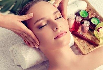 Класически масаж на лице против бръчки и за повишаване на тонуса на кожата в Масажно Студио Relax! - Снимка