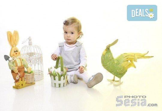 Щастливи моменти! Пролетно-Великденска семейна фотосесия в студио и подарък: фотокнига от Photosesia.com! - Снимка 3