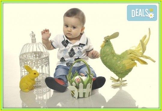 Щастливи моменти! Пролетно-Великденска семейна фотосесия в студио и подарък: фотокнига от Photosesia.com! - Снимка 4