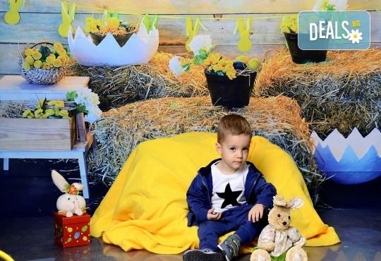 Щастливи моменти! Пролетно-Великденска семейна фотосесия в студио и подарък: фотокнига от Photosesia.com! - Снимка 1
