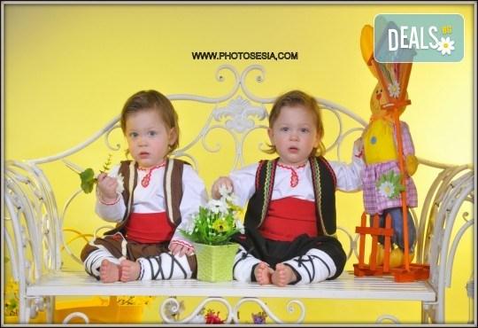 Щастливи моменти! Пролетно-Великденска семейна фотосесия в студио и подарък: фотокнига от Photosesia.com! - Снимка 2