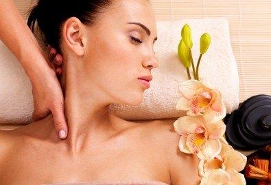 Релаксиращ масаж на гръб с масла от японска вишна, кокос или кафе в Масажно студио Теньо Коев! - Снимка