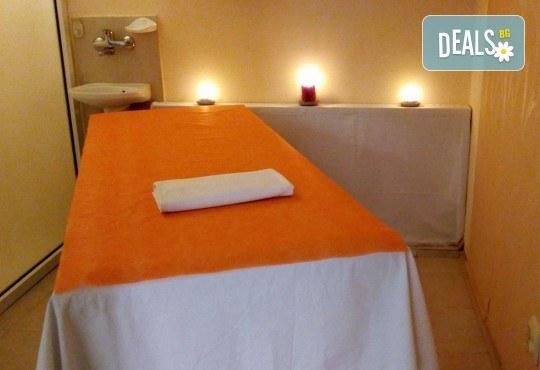 Комбиниран масаж на гръб с успокояващ ефект с масла от японска вишна, кокос или кафе в Масажно студио Теньо Коев! - Снимка 5