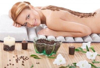 Пролетта е тук! Поглезете се със 120-минутна луксозна терапия с био продукти! Масаж и пилинг на цяло тяло с биоактивен кофеин и розова терапия за лице, шия и деколте от център GreenHealth - Снимка