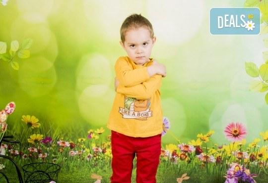 Пролетно-великденска фотосесия за цялото семейство, с 10 обработени кадъра, от Pandzherov Photography! - Снимка 5