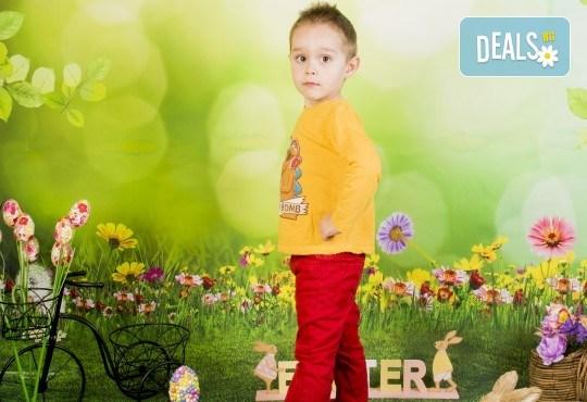 Пролетно-великденска фотосесия за цялото семейство, с 10 обработени кадъра, от Pandzherov Photography! - Снимка 1