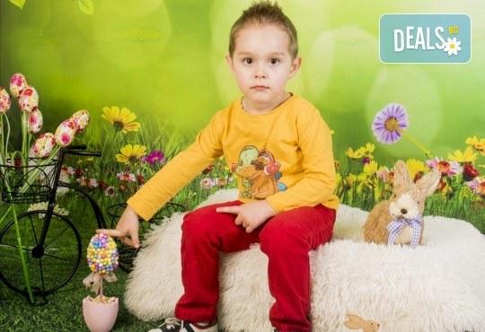 Пролетно-великденска фотосесия за цялото семейство, с 10 обработени кадъра, от Pandzherov Photography! - Снимка 4