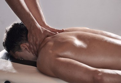 60-минутен силов спортен масаж за активни спортисти, на цяло тяло от професионален рехабилитатор в козметичен център DR.LAURANNE! - Снимка
