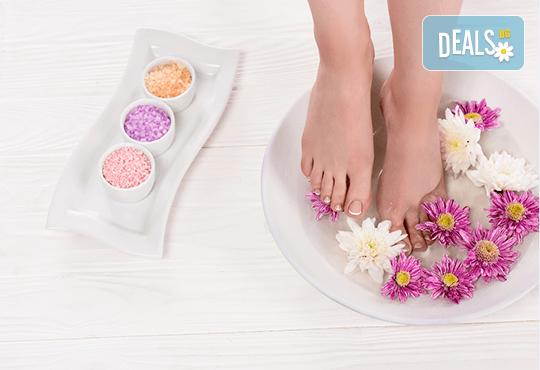 Поглезете крачетата си със СПА педикюр с продукти на Star Nails, лакиране и хидратиращ масаж на ходилата, в Beauty center D&M! - Снимка 2