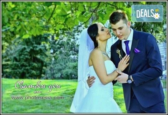 Сватбено фото- и HD видеозаснемане + фотокнига и подарък: разпечатана снимка в рамка по избор на клиента от Photosesia.com! - Снимка 4