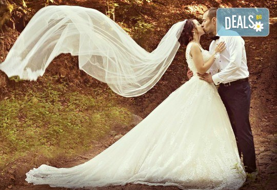 Сватбено фото- и HD видеозаснемане + фотокнига и подарък: разпечатана снимка в рамка по избор на клиента от Photosesia.com! - Снимка 1