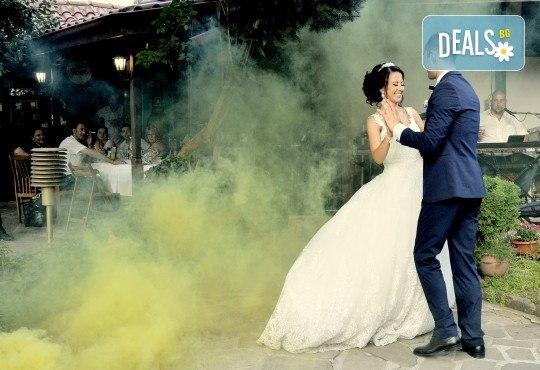 Сватбено фото- и HD видеозаснемане + фотокнига и подарък: разпечатана снимка в рамка по избор на клиента от Photosesia.com! - Снимка 2