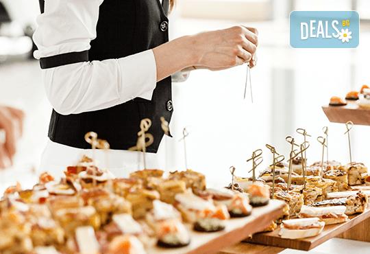 Парти сет с 56 броя вкусни и ароматни коктейлни хапки микс за всеки повод и 50% отстъпка за вкусотиите на кулинарна работилница Деличи! - Снимка 1