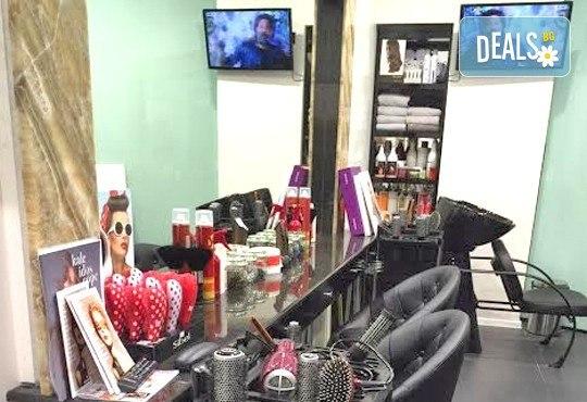 Нова прическа! Боядисване, подстригване, масажно измиване, нанасяне на кератинова маска и оформяне със сешоар в салон Flowers 2! - Снимка 6