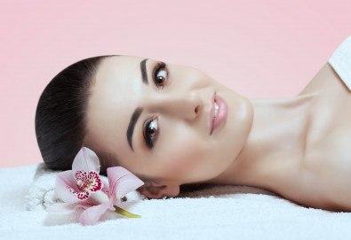 Козметичен масаж на лице с масажни масла с маслина или грозде и нанасяне на регенериращ крем с невен в салон за красота Слънчев ден! - Снимка