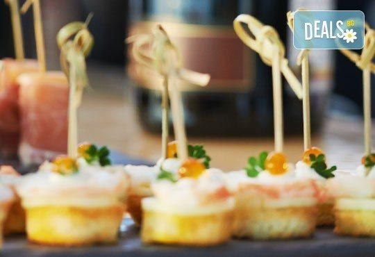 90 коктейлни хапки с млечен мус, маслинки, тарама хайвер, ролца от раци, средиземноморски бут, чедър и чери доматче от My Style Event! - Снимка 1