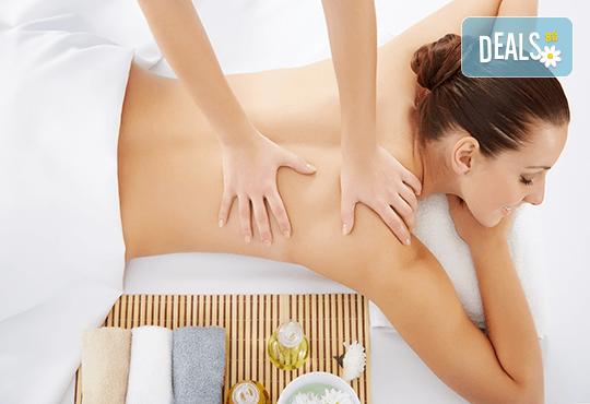 Лечебен и болкоуспокояващ масаж на гръб, рамене, шия и кръст със загряваши ароматни масла във Фризьорски салон Moataz Style! - Снимка 1