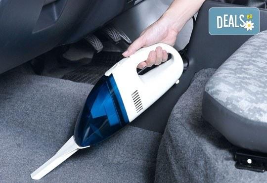 Професионална грижа за Вашия автомобил! Пране и подсушаване на седалки и под на лек автомобил с машини Karcher и почистващи препарати на Sonax, на адрес на клиента от професионално почистване КИМИ! - Снимка 1