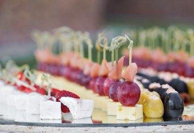 Сет Плодова свежест - 2 плата с общо 54 плодови хапки, аранжирани и декорирани за директно сервиране, от кулинарна работилница Деличи! - Снимка