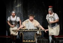 Комедията Ромул Велики с едни от най-известните китаристи на България на 8-ми май (сряда) в Малък градски театър Зад канала! - Снимка