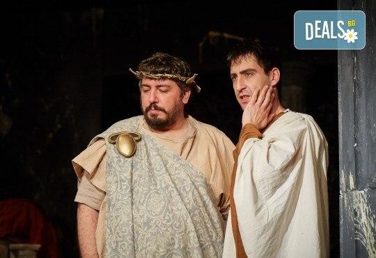 Комедията Ромул Велики с едни от най-известните китаристи на България на 8-ми май (сряда) в Малък градски театър Зад канала! - Снимка 6