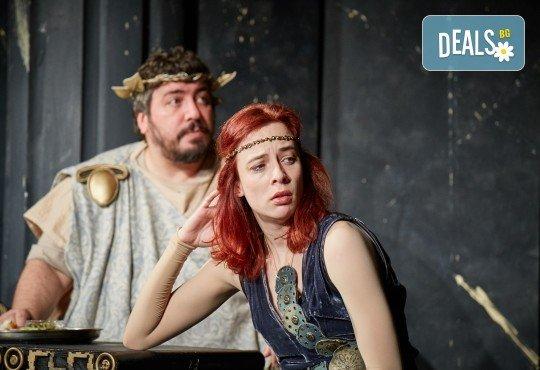 Комедията Ромул Велики с едни от най-известните китаристи на България на 8-ми май (сряда) в Малък градски театър Зад канала! - Снимка 3