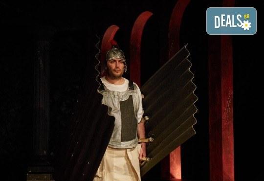 Комедията Ромул Велики с едни от най-известните китаристи на България на 8-ми май (сряда) в Малък градски театър Зад канала! - Снимка 10