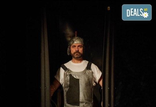 Комедията Ромул Велики с едни от най-известните китаристи на България на 8-ми май (сряда) в Малък градски театър Зад канала! - Снимка 11