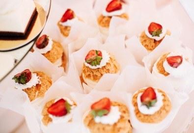 Микс от 60 хапки с френски сирена, прошуто и моцарела, ароматен крем, пушена сьомга и мини еклери с плодове и ванилов крем от Топ Кет Кетъринг! - Снимка