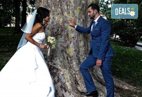 Фото и видео заснемане на сватбено тържество, VIP пакет: фотозаснемане, видеозаснемане, фотосесия, екшън камера, видеоклип, лимузина, танцов състав и подаръци! - Снимка 18
