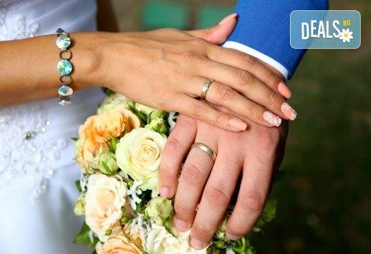 Фото и видео заснемане на сватбено тържество, VIP пакет: фотозаснемане, видеозаснемане, фотосесия, екшън камера, видеоклип, лимузина, танцов състав и подаръци! - Снимка 19