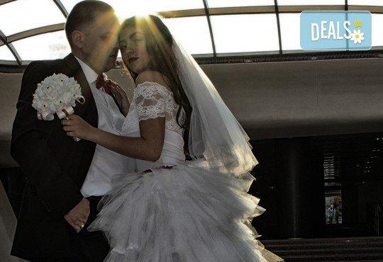 Фото и видео заснемане на сватбено тържество, VIP пакет: фотозаснемане, видеозаснемане, фотосесия, екшън камера, видеоклип, лимузина, танцов състав и подаръци! - Снимка 12