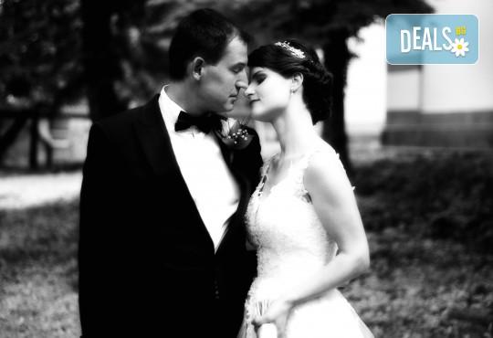 Фото и видео заснемане на сватбено тържество, VIP пакет: фотозаснемане, видеозаснемане, фотосесия, екшън камера, видеоклип, лимузина, танцов състав и подаръци! - Снимка 11