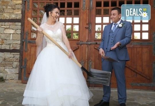 Фото и видео заснемане на сватбено тържество, VIP пакет: фотозаснемане, видеозаснемане, фотосесия, екшън камера, видеоклип, лимузина, танцов състав и подаръци! - Снимка 9