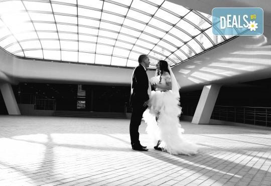 Фото и видео заснемане на сватбено тържество, VIP пакет: фотозаснемане, видеозаснемане, фотосесия, екшън камера, видеоклип, лимузина, танцов състав и подаръци! - Снимка 6