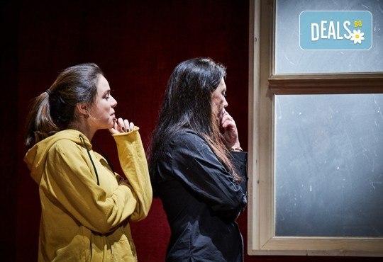 """Гледайте Станка Калчева и Силвия Лулчева в """"Като трохи на прозореца"""" на 29.05. от 19 ч. в Младежки театър, камерна сцена, 1 билет - Снимка 1"""