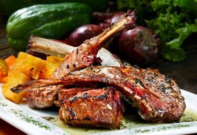 Вземете за Великден или Гергьовден 2 порции агнешко печено, две класически зелени салати и 2 домашни пърленки от кулинарна работилница Деличи! - Снимка