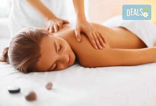 Лечебен масаж на гръб със загряващо олио Билков микс с наблягане на проблемна зона в студио Giro! - Снимка 1