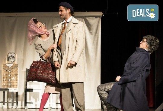 На 23-ти май (четвъртък) гледайте комедията на Теди Москов Аз обичам, ти обичаш, тя обича в Малък градски театър Зад канала! - Снимка 2