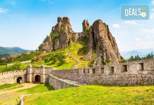 Еднодневна екскурзия през юни или юли до Белоградчишките скали и пещерата Магурата с транспорт и водач от туроператор Поход! - Снимка 1