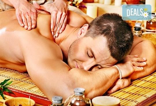 Подарък за мъж! Дълбокотъканен цялостен масаж с бадем, злато или магнезиево олио в комбинация със зонотерапия, терапия Hot stone, елементи на тай масаж и комплимент уиски и хрупкави бадеми в Senses Massage & Recreation! - Снимка 2